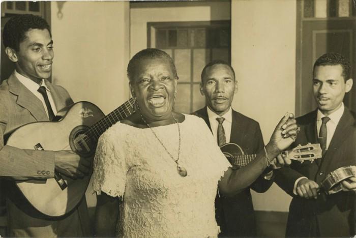 Clementina de Jesus avec  Paulinho da Viola, Jair do Cavaquinho et Anescar do Salgueiro – 1965.